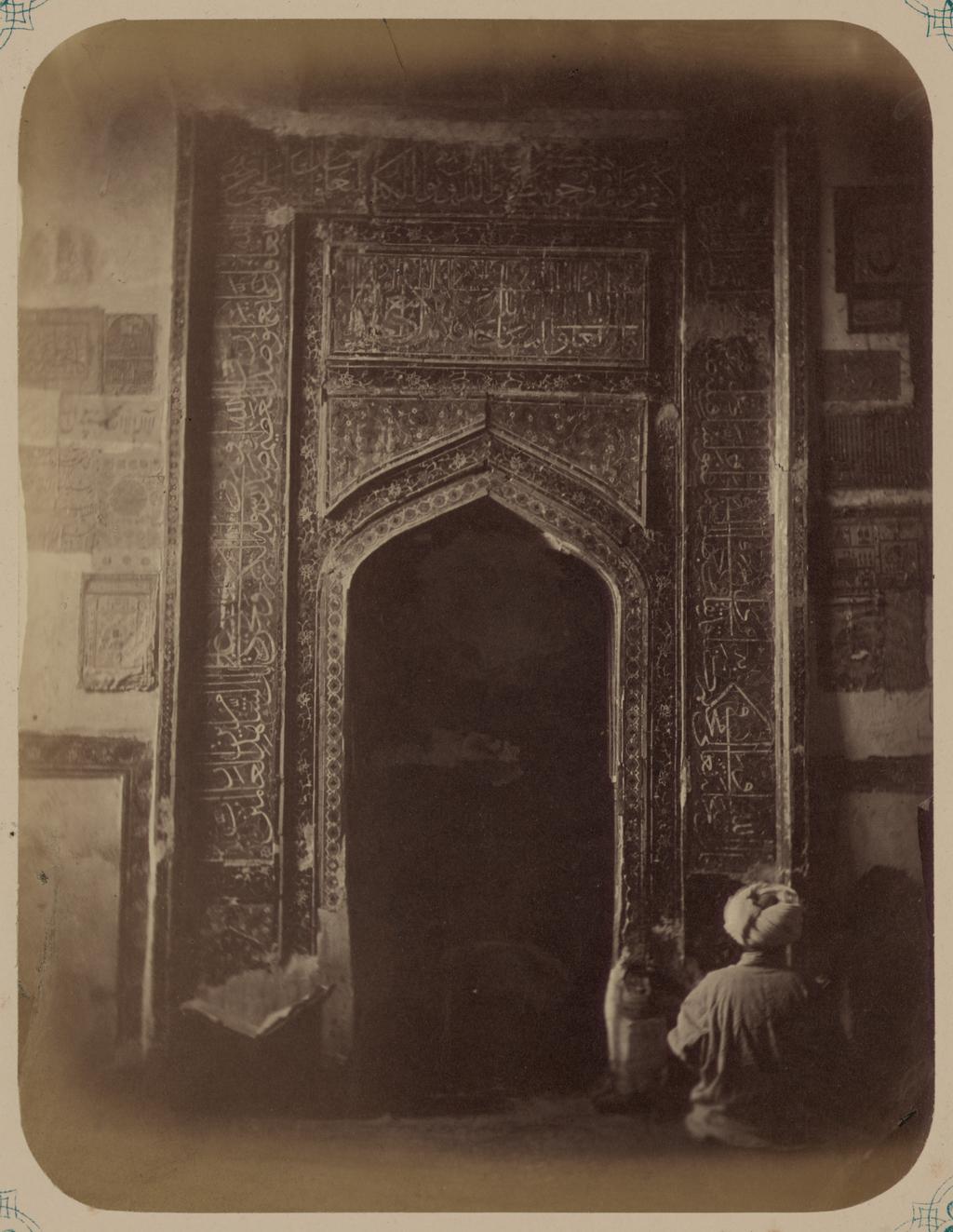 Мечеть (ханака) Шах-Зиндэ. Вид ниши для молитв (михраба) в мечети Рауза (перед гробницей Шах-Зиндэ)