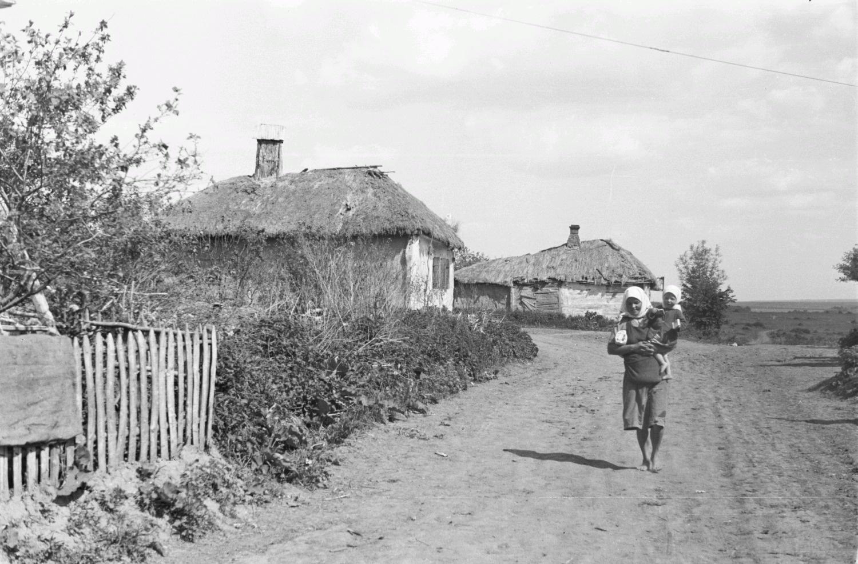 Молодая женщина с ребенком на деревенской улице