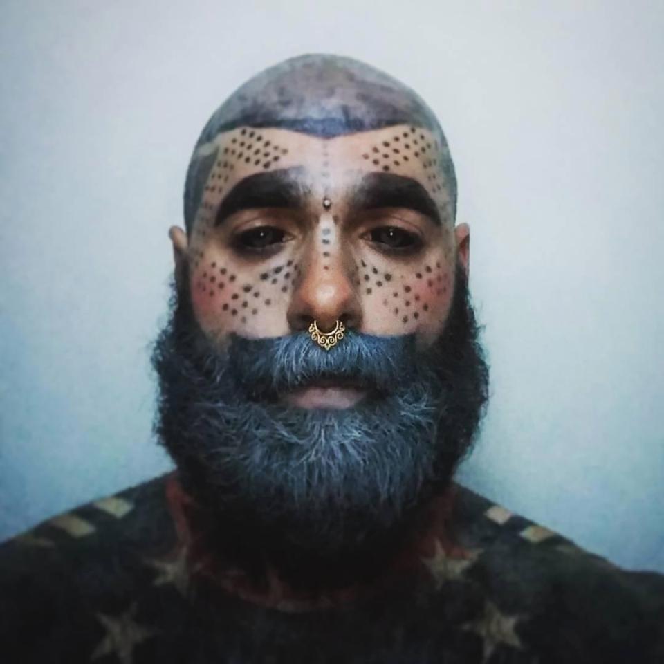 Его тело на 90% покрыто татуировками, но это еще не предел татуировки, также, ступни, качестве, художника, поэтому, собирается, покрыть, краской, цвета, графит, работает, Curlykale, нравится, практикует, психолог, косметолог, художник, парикмахер, певец