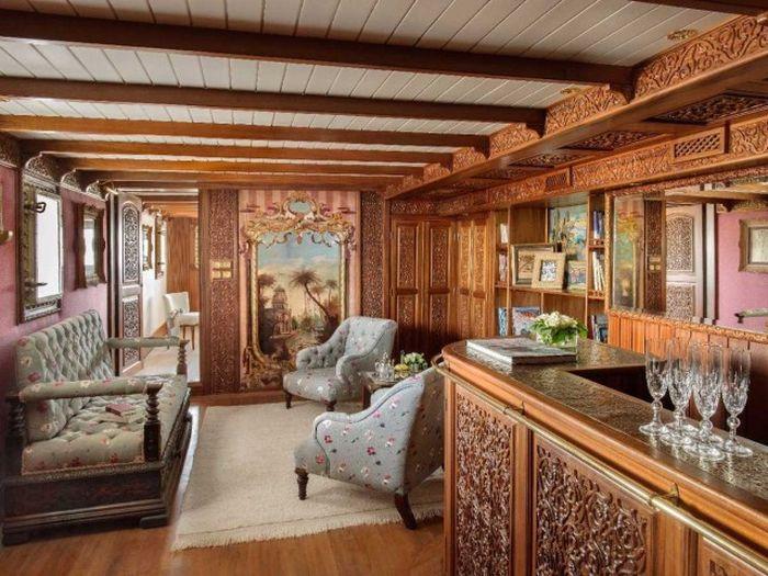7. На судне обустроены лаунж-зона и бар с прекрасными деревянными панелями, заказной мебелью и произ