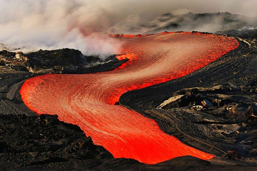 Фотографы находились совсем рядом потоками лавы, а ведь ее температура колеблется в пределах
