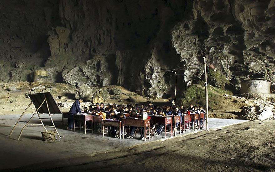 Что еще хуже, правительство заявило, что «Китай — это не пещерный народ», и закрыло деревенскую школ