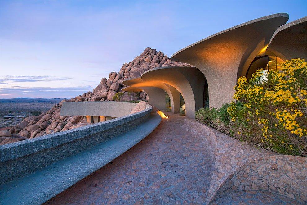 Комнаты дома похожи на изогнутые пещеры, и сам интерьер богат на невероятные детали: гигантский зонт