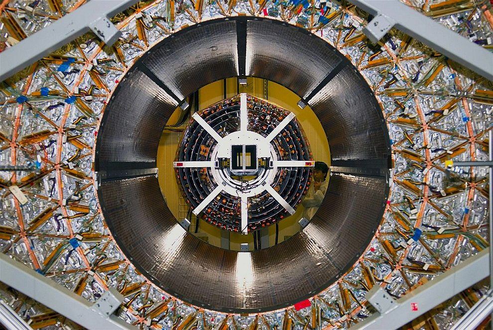 Компактный мюонный соленоид  — один из двух больших универсальных детекторов элемент