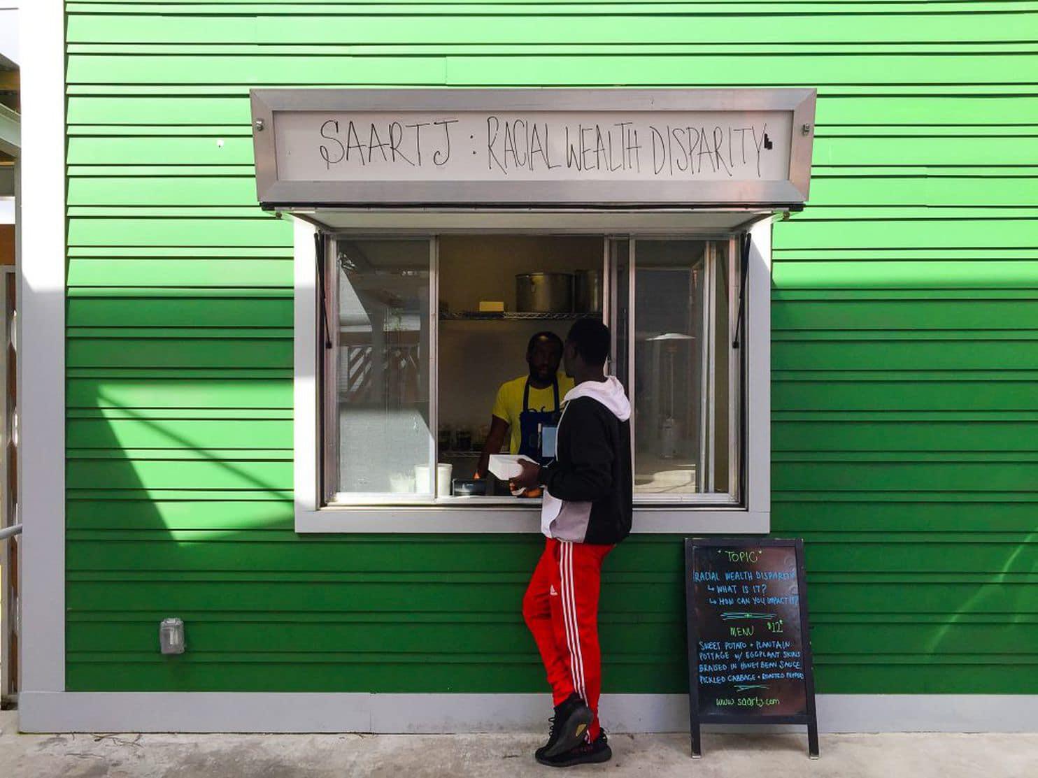 Налог на колонизаторов или расизм наоборот? Нигериец продает белым еду на 18 долларов дороже (4 фото)
