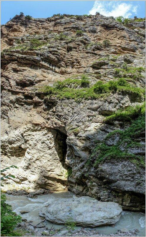 Чегемское ущелье - дорога к водопаду. -
