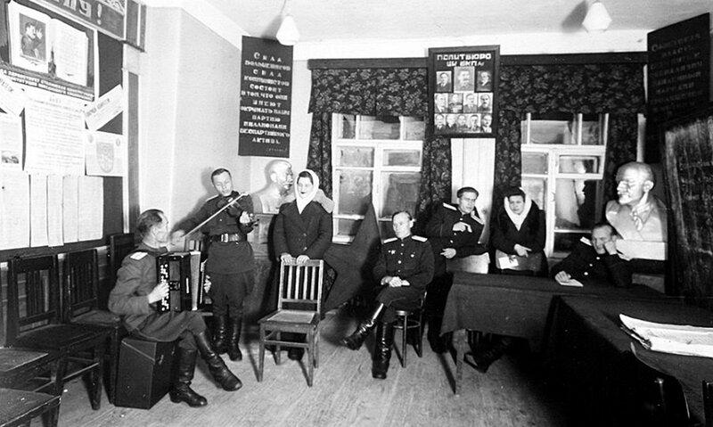 Ленинская комната районного отделения милиции.
