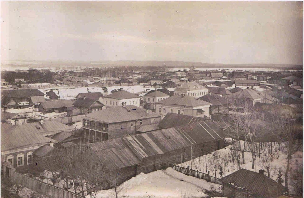 Вид с Успенского собора на церковь Александра Невского