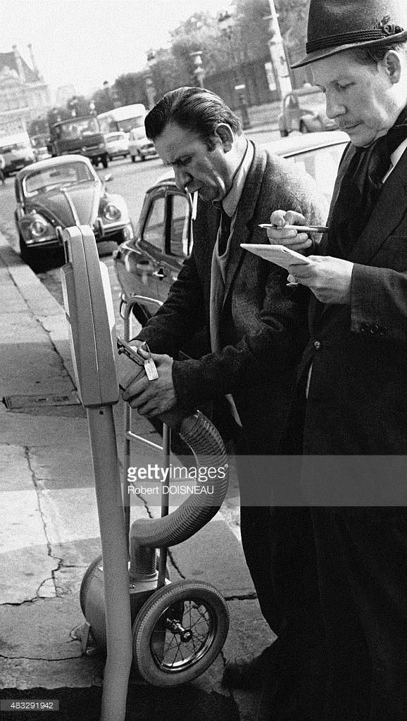 1971. Сотрудники муниципальной службы, опорожняющие парковочный счетчик