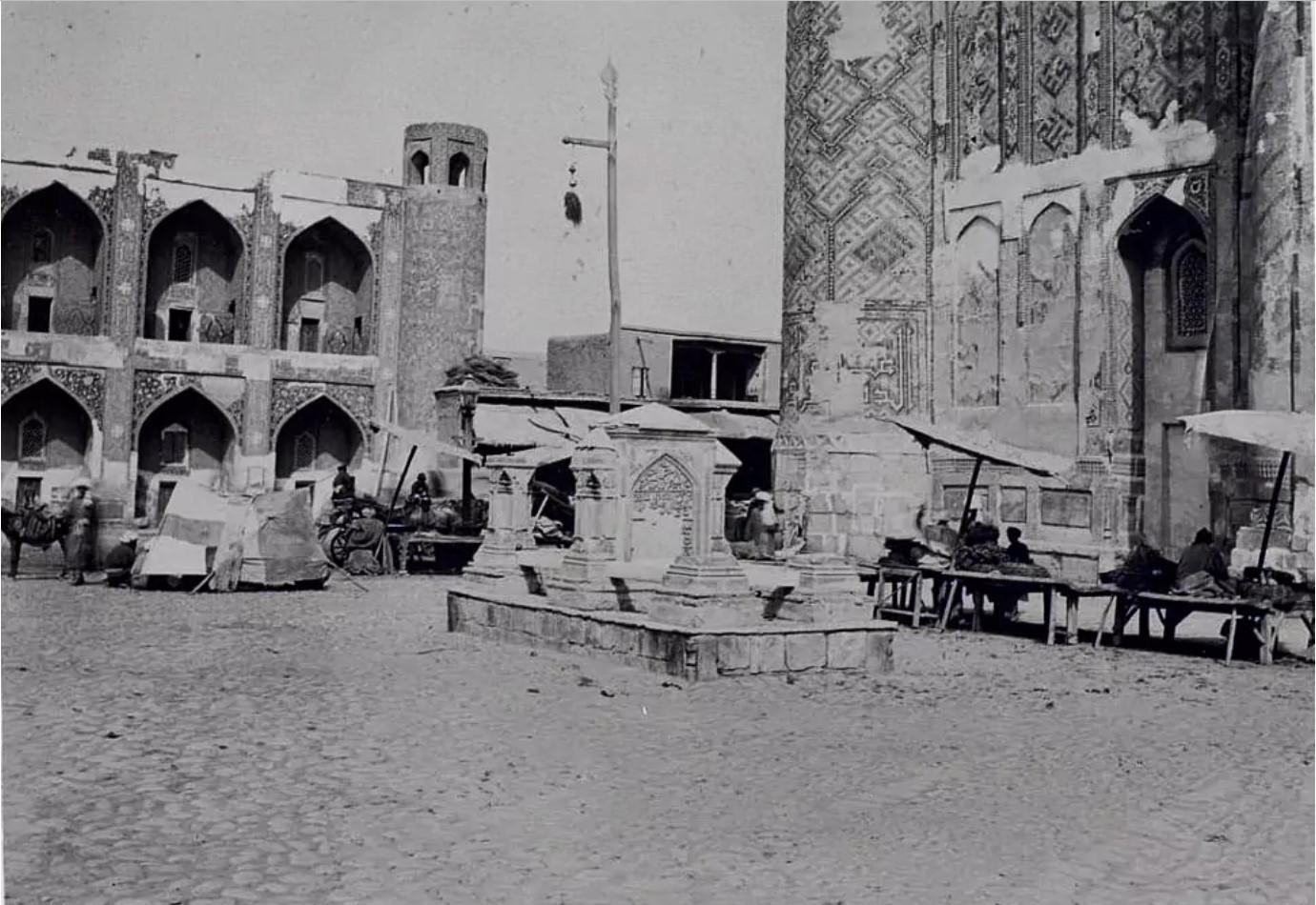 Вид на погребение мастера, умершего во время строительства медресе Шир-Дор
