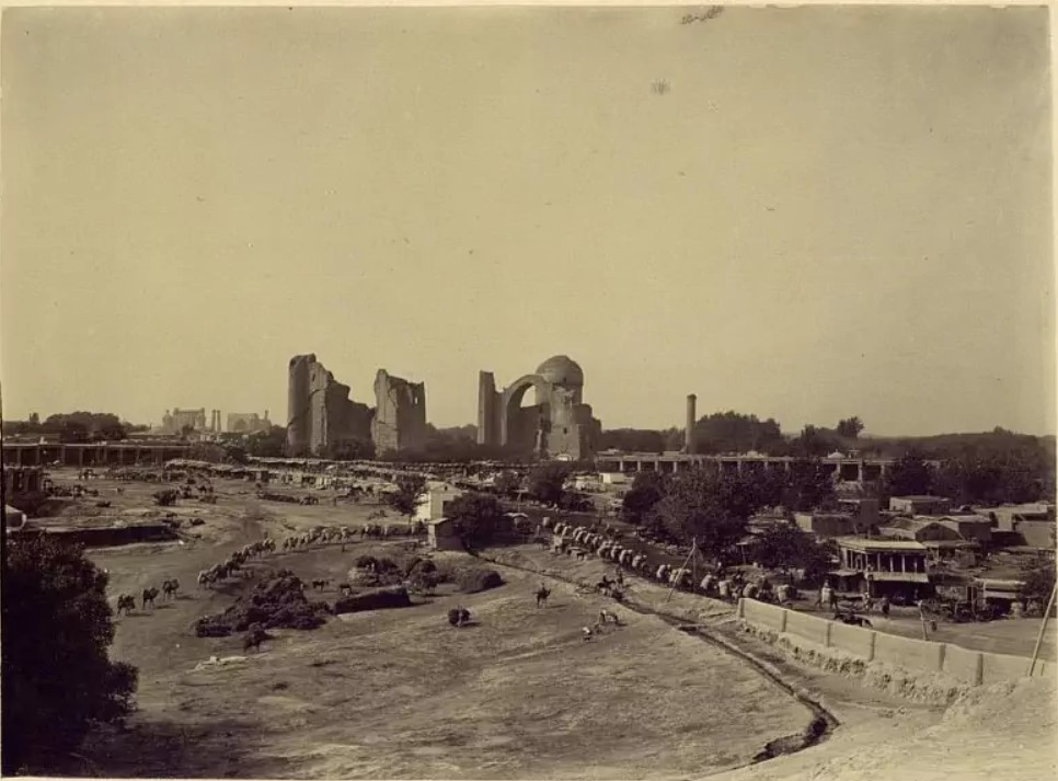 Вид на развалины медресе Биби-Ханым