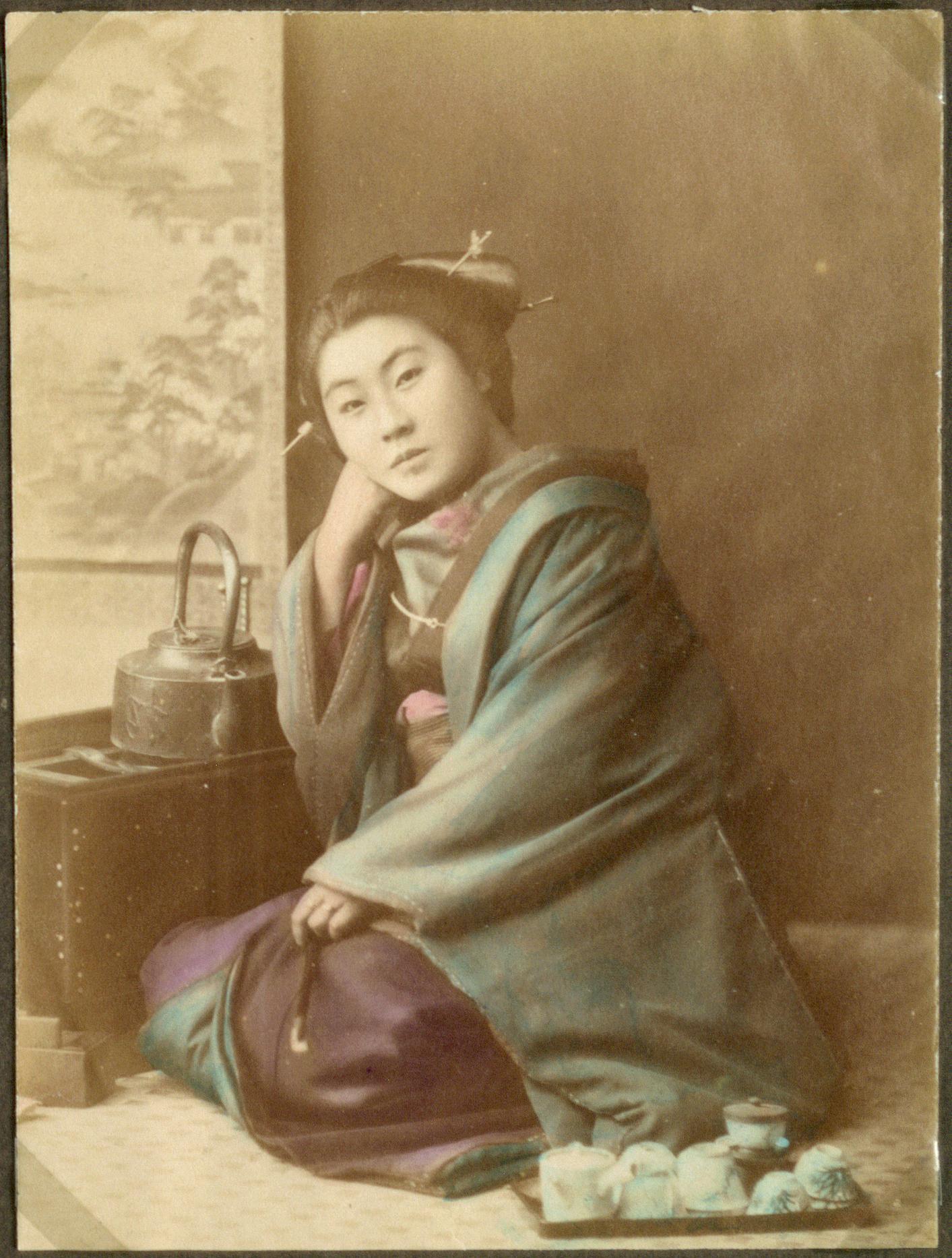 Женщина за чайным столом