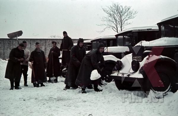 stock-photo-german-soldiers-norway-1941-supply-trucks-lorries-snow-cleaning-shovel-winter-jackets-10015.jpg