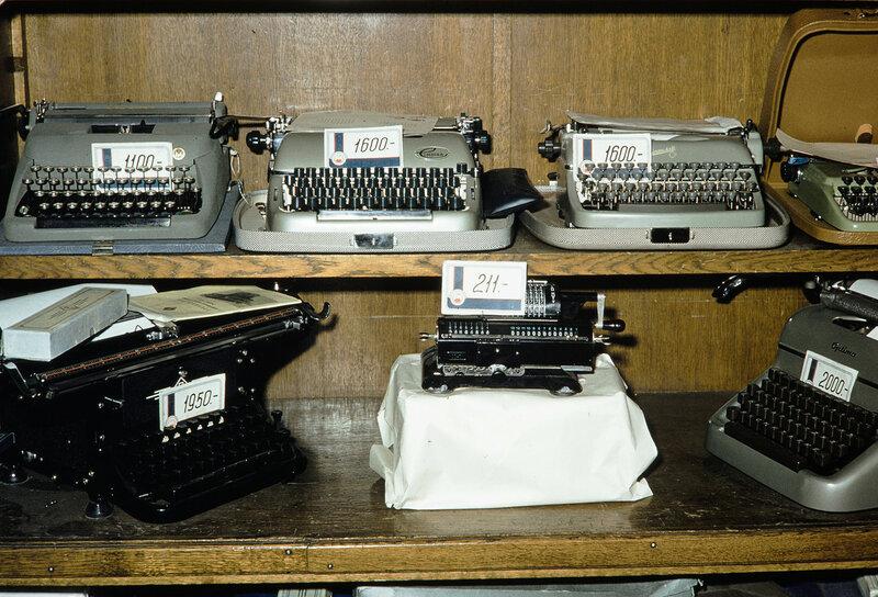 1959 Печатные машинки в Москве. Harrison Forman.jpg