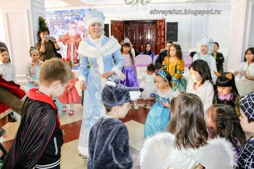 Снегурочка проводит конкурс детям