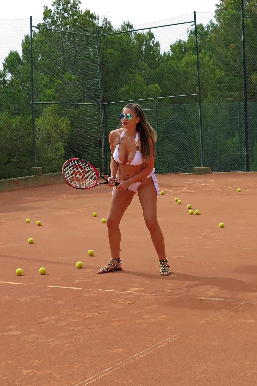 Имоджен Томас на теннисном корте в бикини