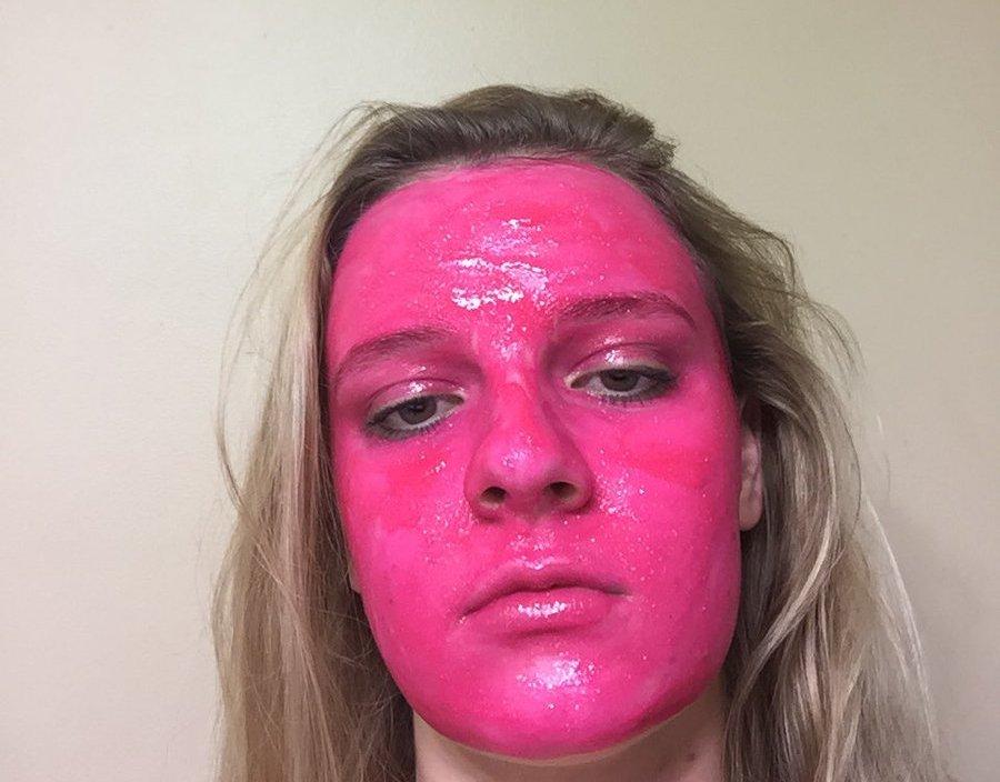 Девушка нанесла на лицо краску, которая должна смываться, но что-то пошло не так