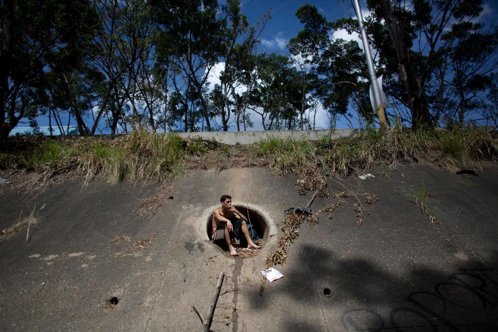 Молодые венесуэльцы ищут металл в реке, чтобы выжить Венесуэла, выжить, прокормить, помочь, сможет, который, Каракасе, грязной, кольца, серьги, попадаются, иногда, металла, кусок, любой, Молодые, чтобы, некогда, глубокий, одной