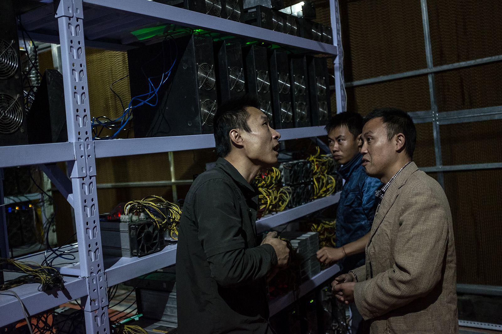 Лю (слева) общается с партнерами. Он переехал в Сычуань в 2015 году и сейчас обслуживает более семи