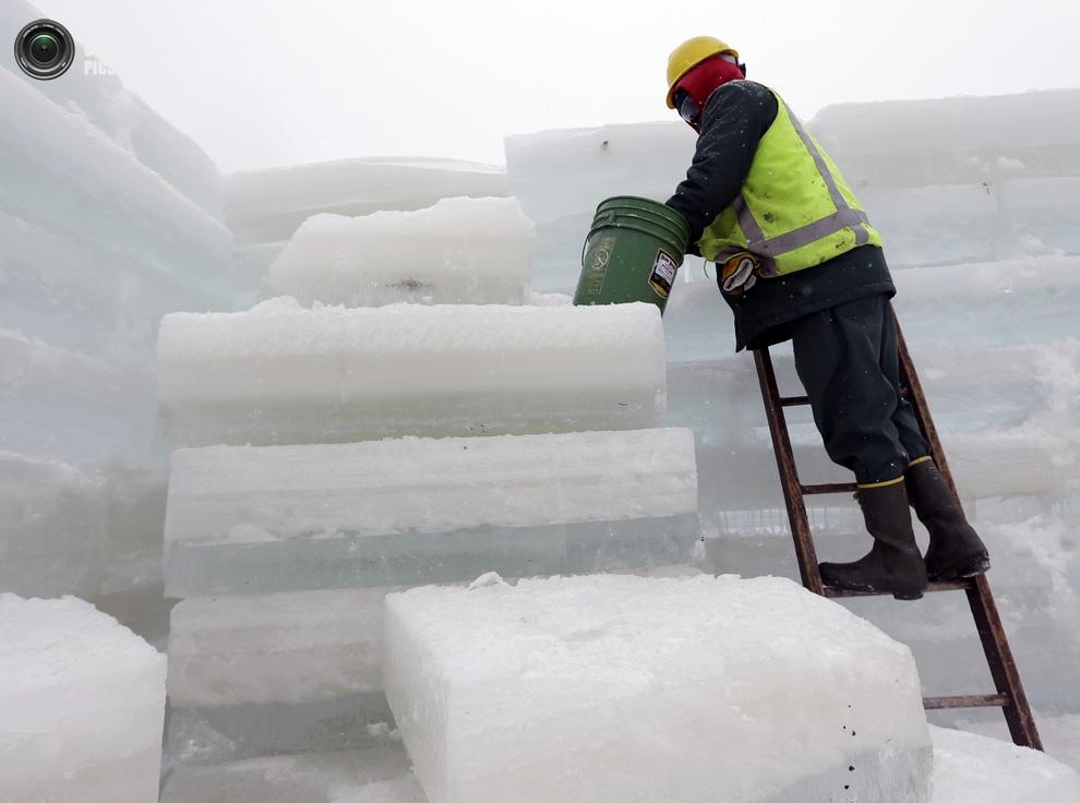 Накуан Шидео (Naquan Shideo) из Бруклина использует воду для уплотнения ледяных стен во дворце.