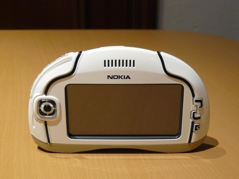 Не просто телефон, а полноценный бизнес-коммуникатор. Nokia 7700 мог похвастаться поддержкой SMTP, P