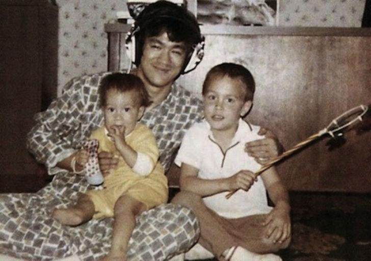 Какое-то время Брюс Ли с семьей жил в Гонконге. Его дочь Шэннон также изучала несколько видов восточ