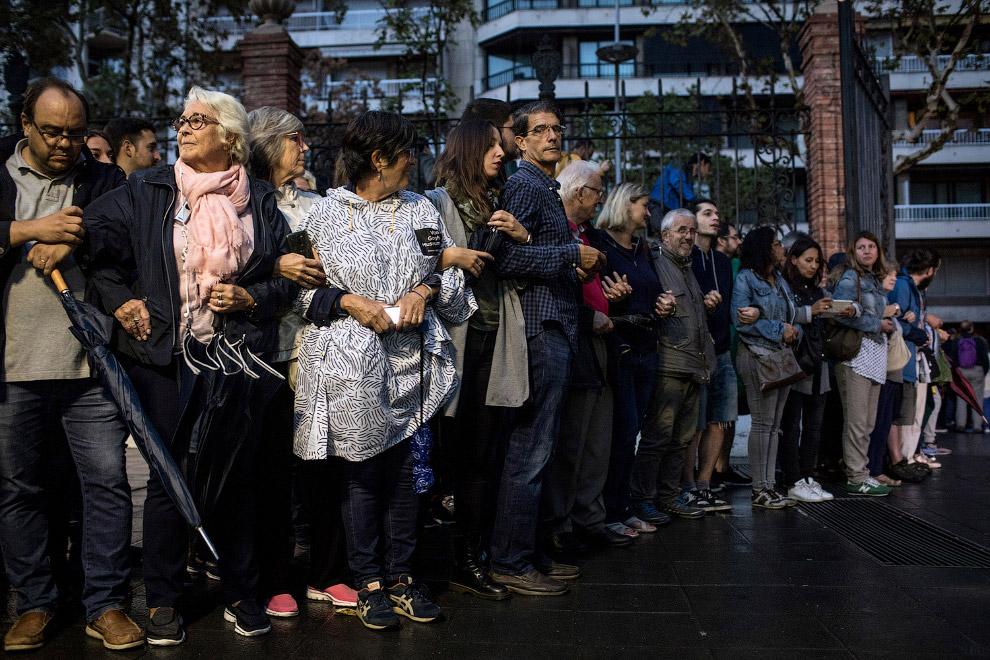 5. Очередь на избирательный участок в Барселоне, 1 октября 2017. (Фото Bob Edme):
