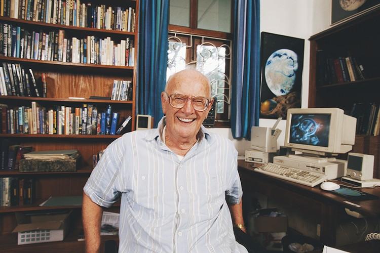 Писатель скончался утром 19 марта 2008 года, на 91-м году жизни, из-за проблем с дыханием, связа