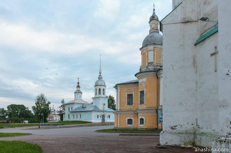 Вид от Софийского собора в сторону храма Александра Невского