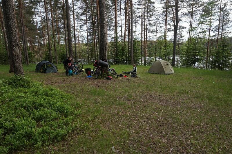 ночевка в палатке на поляне на озере Червоном в пос ольшаники