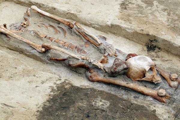 Скелет с отрубленной головой в ногах на древнем кладбище вампиров в польском городе Гливице