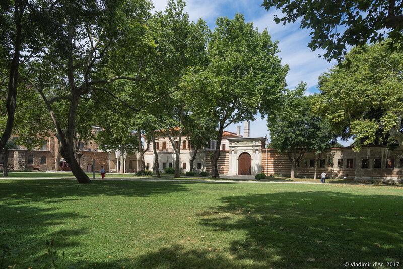 Дворец Топкапы в Стамбуле. Первый двор.