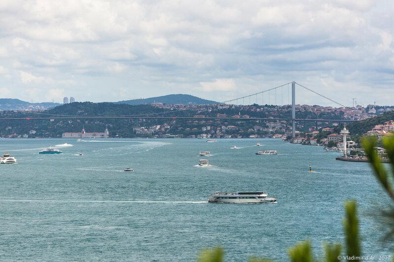 Дворец Топкапы в Стамбуле. Четвертый двор. Вид на Босфор с террасы от Павильона медицины.