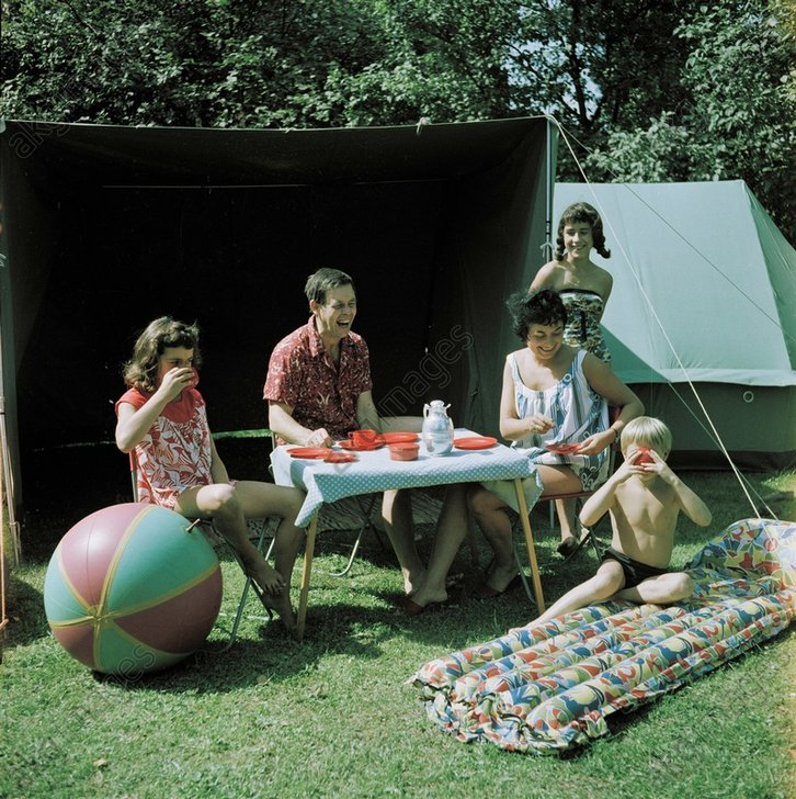 Familie beim Camping / Foto DDR 1960 - -