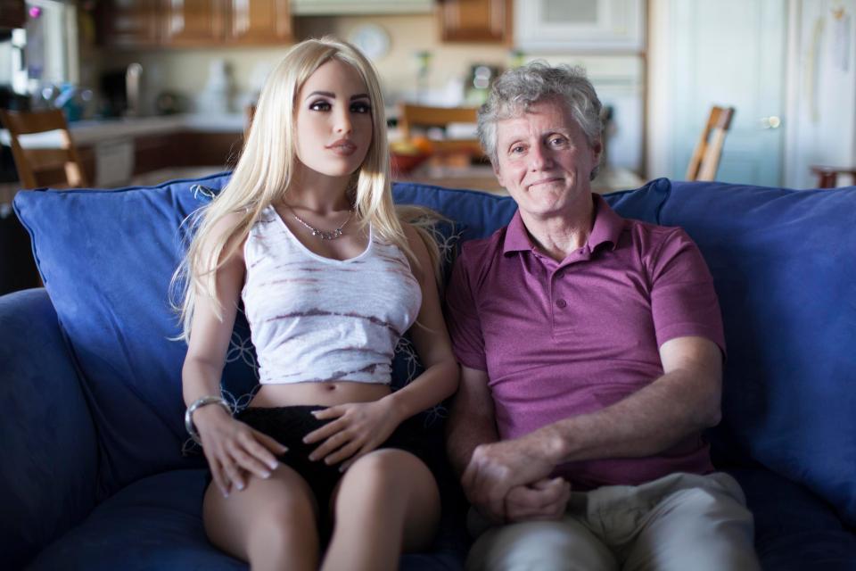 Женатый мужчина занимается сексом с куклой четыре раза в неделю и его жена не возражает