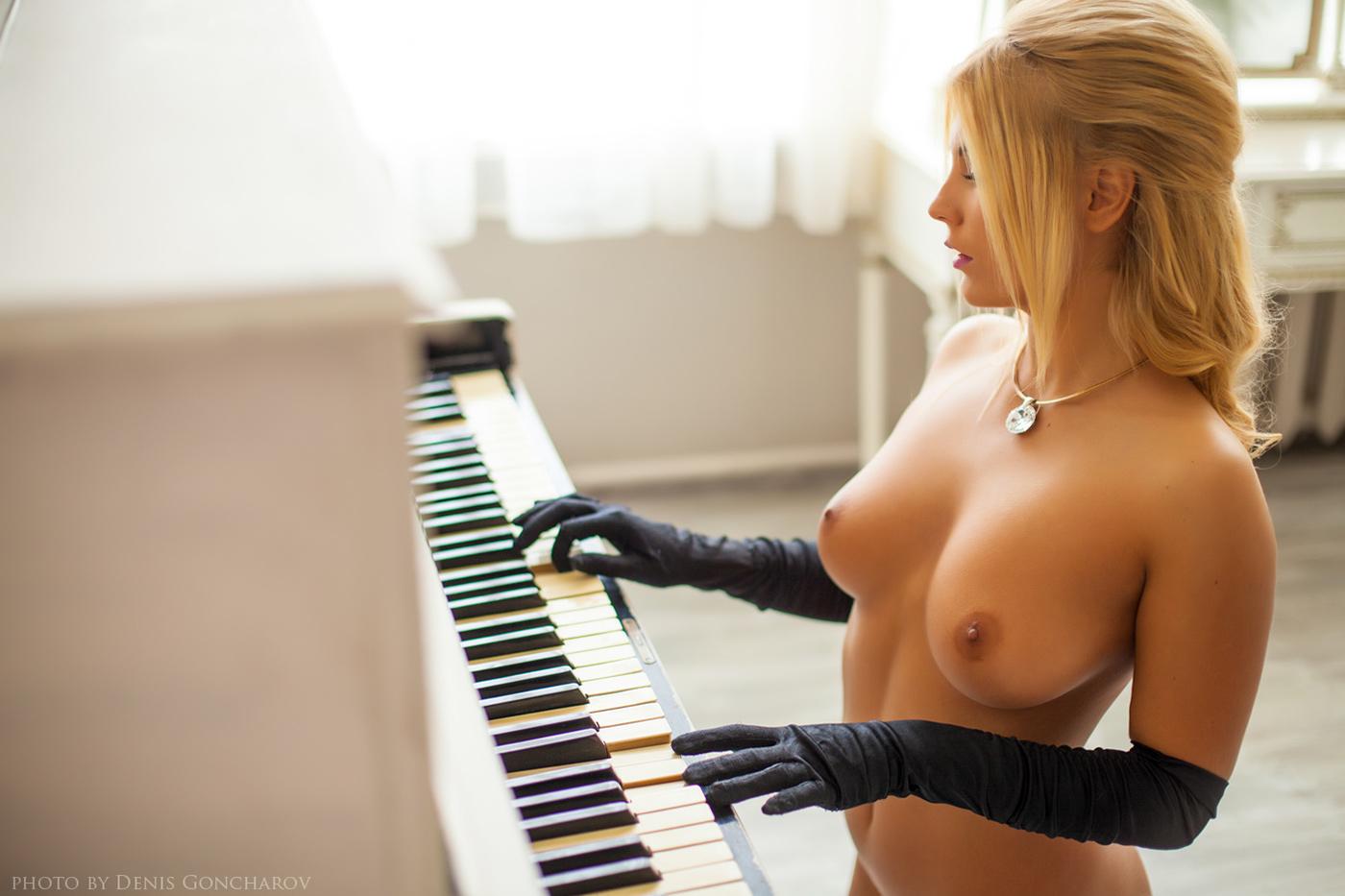 Порно видео лесбиянки на рояле