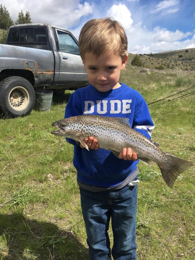 © reddit     Малыш самостоятельно поймал нарыбалке большую рыбу. Онвручил еепапе сосл