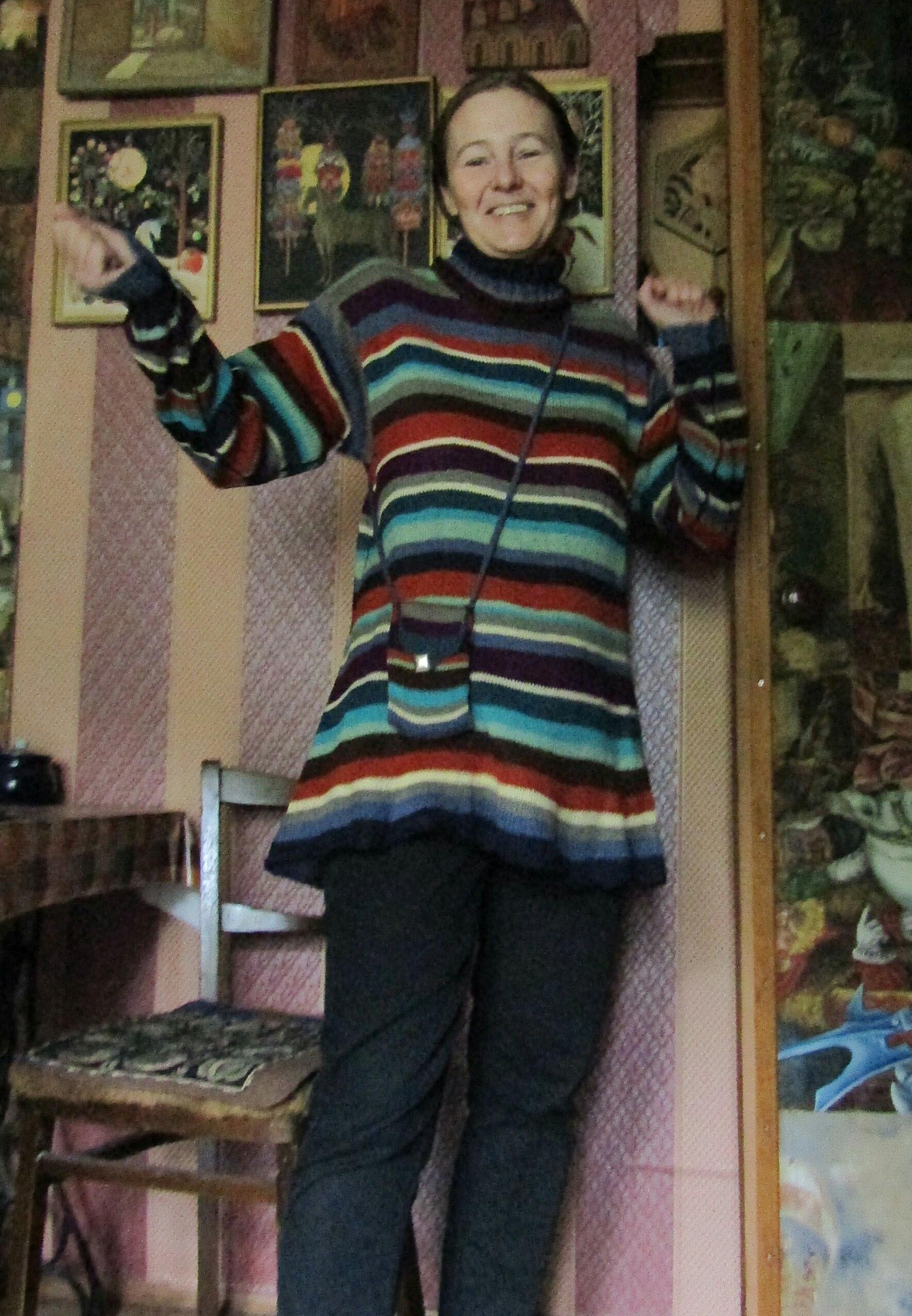 новый свитер и сумочка для телефона