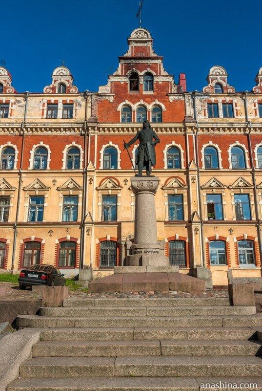 Памятник Торгильсу Кнутссону перед зданием Старой Ратуши, Выборг