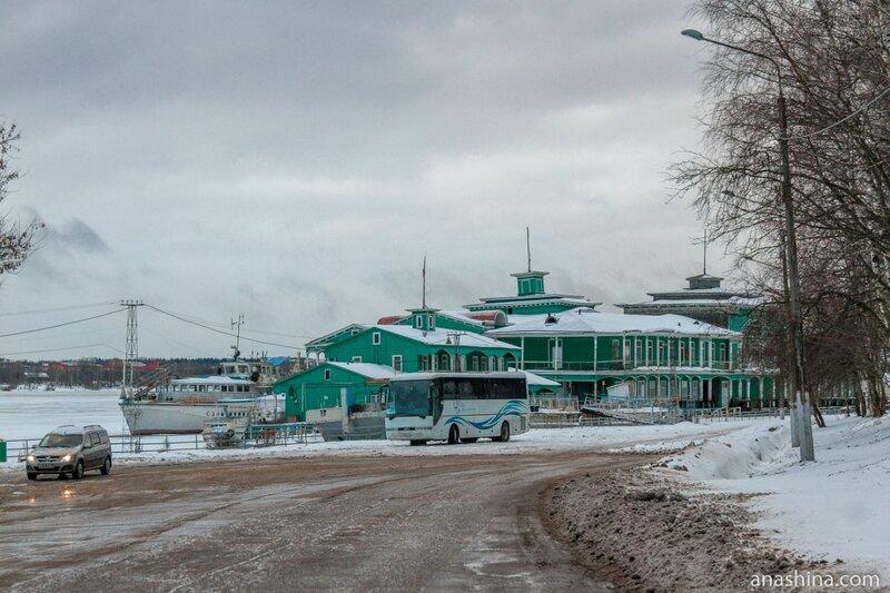 Здание Речного вокзала в устье реки Ягорба, Череповец