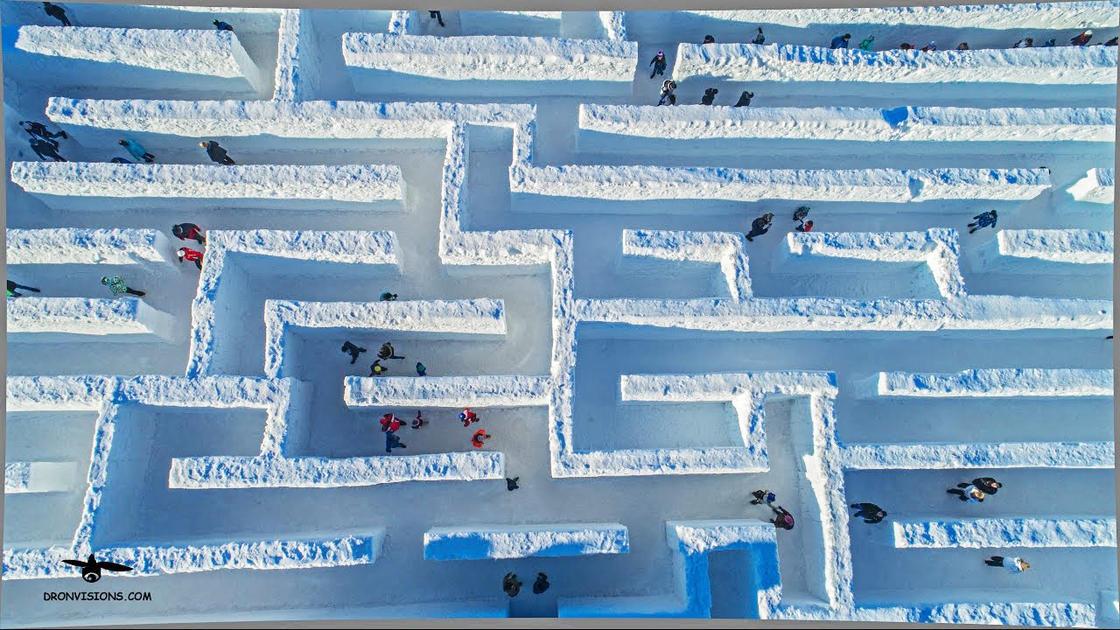 Snowlandia – Ils installent le plus grand labyrinthe de neige du monde