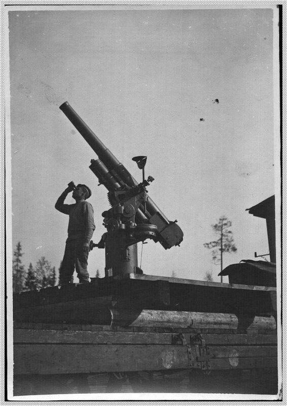 Противоаэропланная пушка на платформе бронепоезда.jpg