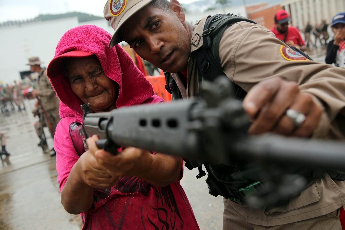 А теперь нажми на эту пимпочку и отсюда вылетит птичка: Бабушка с автоматической винтовкой