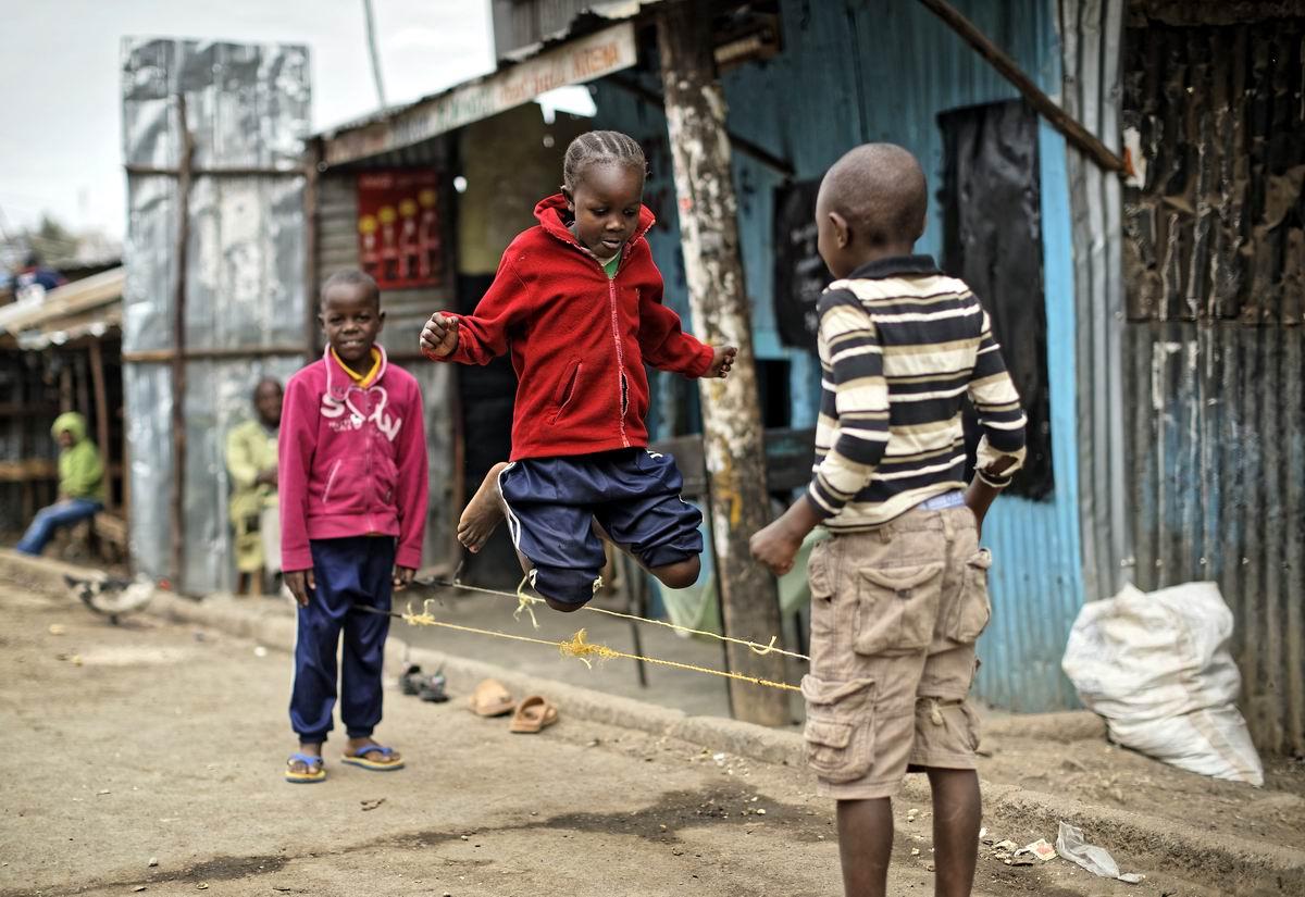 А мы в резиночки играем: Уличные развлечения современных африканских детишек