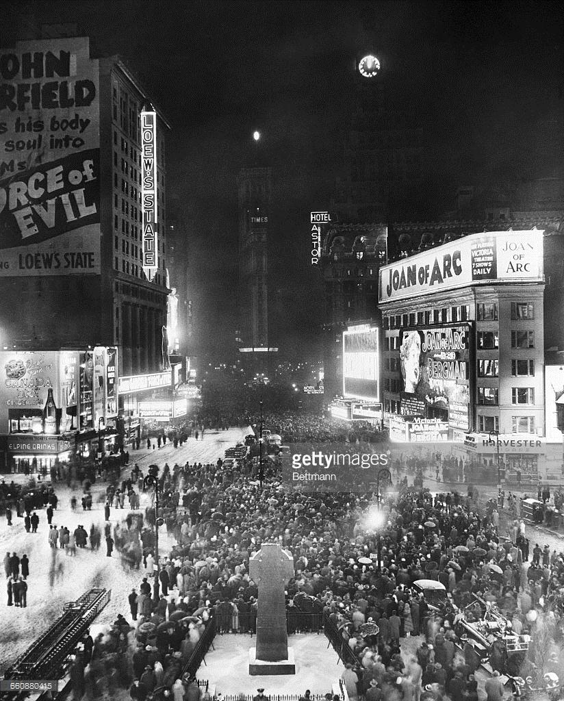 1949. Нью-Йорк. Часы Paramount Building бьют 12 часов полуночи