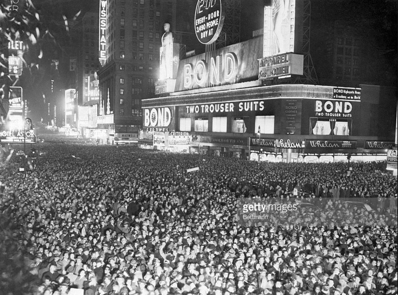1950. Нью-Йорк. Толпы людей встречают наступление Нового года на Таймс-сквер
