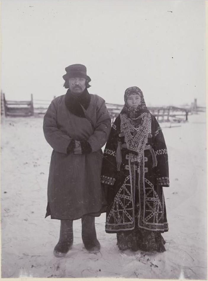 Супружеская пара хантов в зимней одежде. Иртыш
