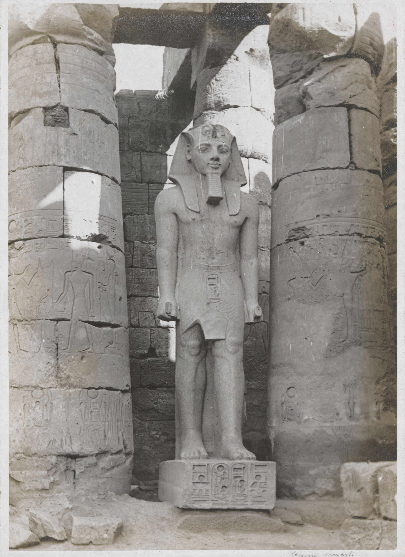 Луксор. Гигантская статуя Рамсеса II. 5,30 м, красный гранит, в основании и на фартуке - имя фараона