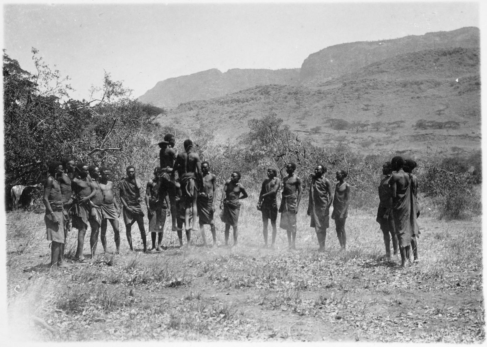 08. Группа людей басонжо во время танца у лагеря Ндалалани. Танцоры прыгают на два фута высотой, вытянув тела