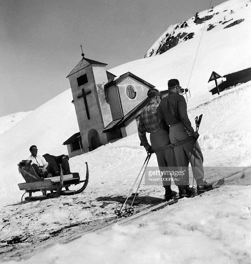1946. Мужчины на лыжном подъемнике на горнолыжном курорте в Тироле, Австрия